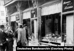 Almaniya - yəhudi tacirə məxsus dükan dağıdılıb. Magdeburg, Noyabr1938