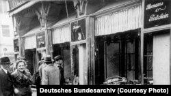 """Një dyqan hebre i dëmtuar gjatë asaj që njihet si """"Nata e Kristaltë"""" (Kristallnacht) në Magdeburg, nëntor 1938."""