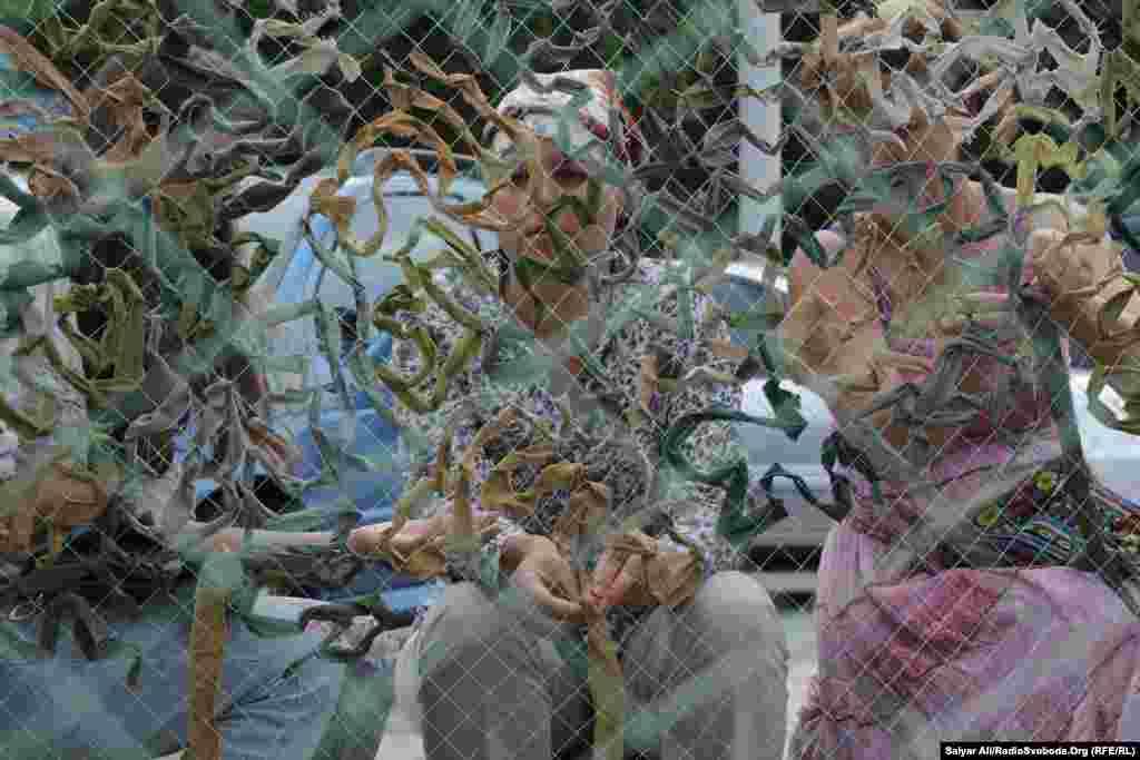Волонтерський батальйон «Сітка» запропонував всім охочим долучитися до плетіння маскувальної сітки