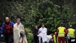 Врачи и спасатели оказывают помощь пострадавшим на острове Утойя