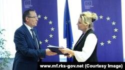 Ministri i Financave, Bedri Hazma duke ia dorëzuar raportin vjetor të Qeverisë, Shefes së Zyrës së BE-së në Prishtinë, Nataliya Apostolova