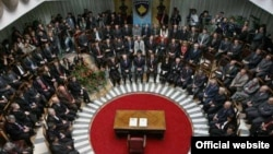 Nga ceremonia e nënshkrimit të Kushtetutës së Republikës së Kosovës,8 vjet më parë.