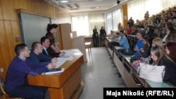 U samo proteklih godinu dana Univerzitet u Tuzli promijenio je četiri rektora. Foto: studenti u jednoj od debata u amfiteatru Univerziteta u Tuzli, mart 2017.