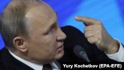 Президент России Владимир Путин отвечает на вопрос в ходе своей ежегодной пресс-конференции. Москва, 20 декабря 2018 года.