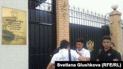 """Активисты движения """"Антигептил"""" перед российским посольством в Астане. 2 июля 2014 года."""