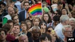 مردم به یاد قربانیان در نیویورک تجمع کردهاند
