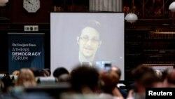 Obraćanje Edvarda Snoudena na konferenciji u Atini preko video linka iz Moskve.