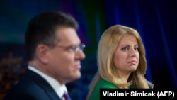 Candidatul la funcția de președinte Maros Sefcovic (L) și candidatul Zuzana Caputova participă la o dezbatere de televiziune