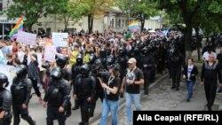 Manifestanții, protejați de forțele de ordine
