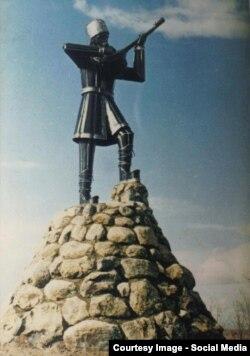 Bəhruz Həşmətin Təbrizdə, 1975-ci ildə qoyulmuş aşıq heykəli.