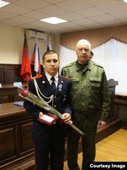 В апреле Дмитрий Полухин за спасение детей уже получил награду от СКР. Фото СКР.
