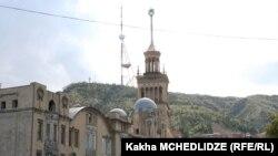 Вид на тбилисскую телевышку из центра города