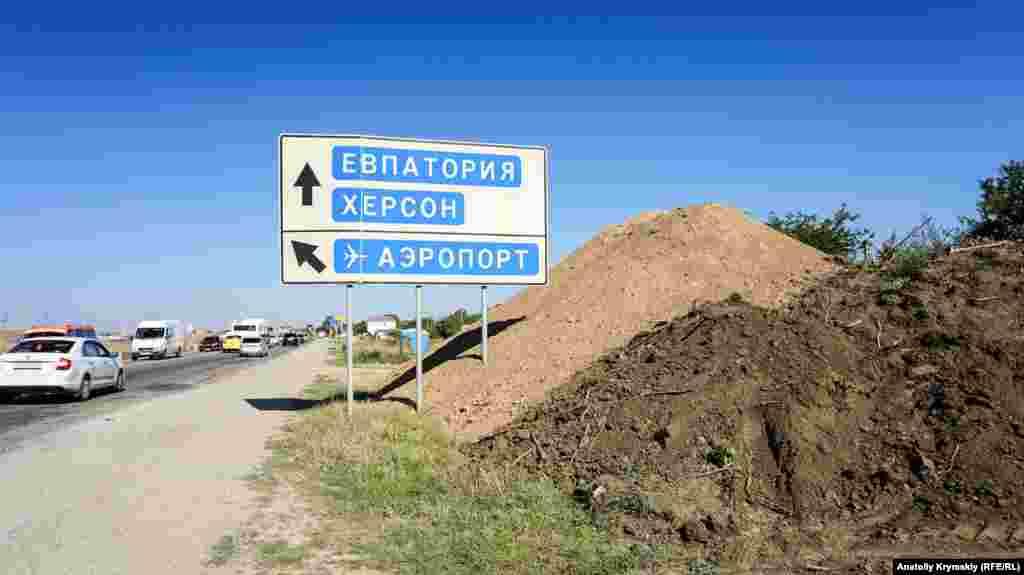 На обочине объездной дороги на Евпаторию не осталось ни одного дерева