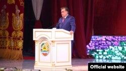Президент Таджикистану Емомалі Рахмон, який до до 2007 року мав прізвище Рахмонов