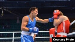 Казахстанский боксер Жанибек Алимханулы (слева) во время поединка с боксером из Азербайджана Солтаном Мигитиновым. Алматы, 19 октября 2013 года.