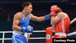 Жанибек Алимханулы (в синем) в бою против азербайджанца Солтона Мигитинова. Алматы, 18 октября 2013 года.