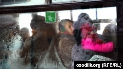 Терезесине муз тоңгон автобустагы балдар. Өзбекстан, 4-февраль, 2012-ж.