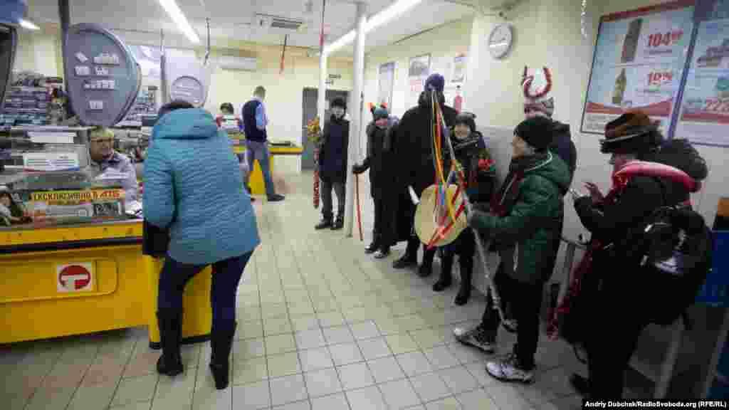 По дорозі зайшли заколядувати у магазин. Реакція більшості покупців була «прохолодною»