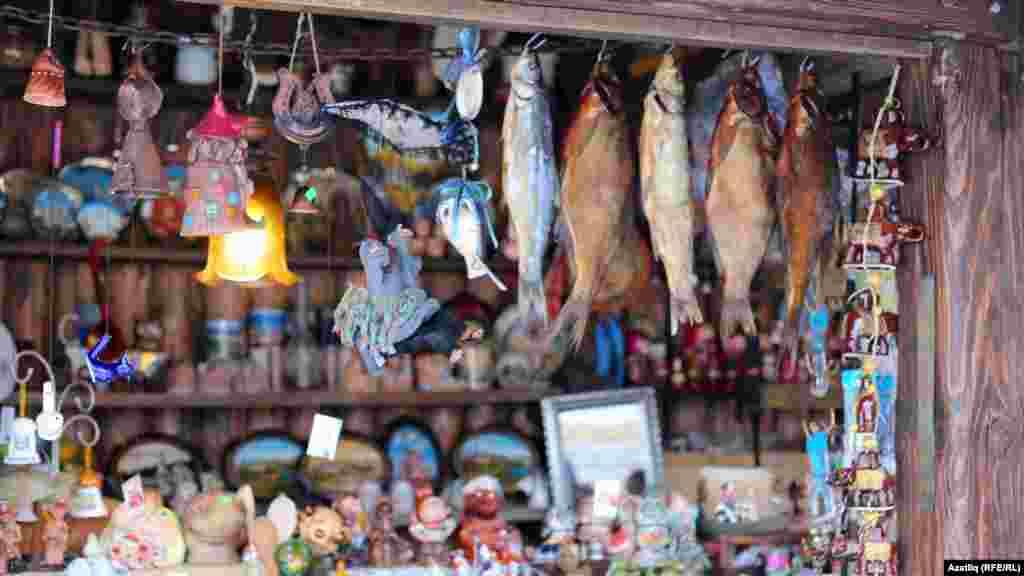 Кул эшләнмәләре, сувенирлар, кипкән балыклар туристларны көтә