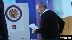 Armenia - Prime Minister Nikol Pashinian votes in municipal elections in Yerevan, 23 September 2018.