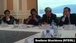 «Аман-саулық» қоғамдық ұйымының президенті Бақыт Түменова (сол жақтан екінші) ҮЕҰ жайлы жиында. Астана, 6 қыркүйек 2013 жыл.