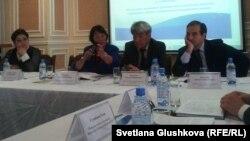 Президент общественной организации «Аман-саулык» Бахыт Туменова выступает на круглом столе с участием других НПО. Астана, 6 сентября 2013 года.