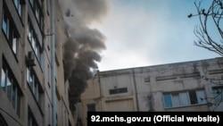 Пожар в многоквартирном доме на Проспекте Октябрьской революции в Севастополе