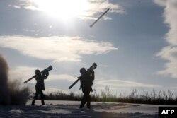Українські бійці випробовують установки переносного зенітно-рактеного комплексу під час тренувань поряд з містом Щастя, Луганська область, грудень 2014