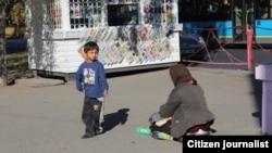 Женщина просит милостыню на улице.