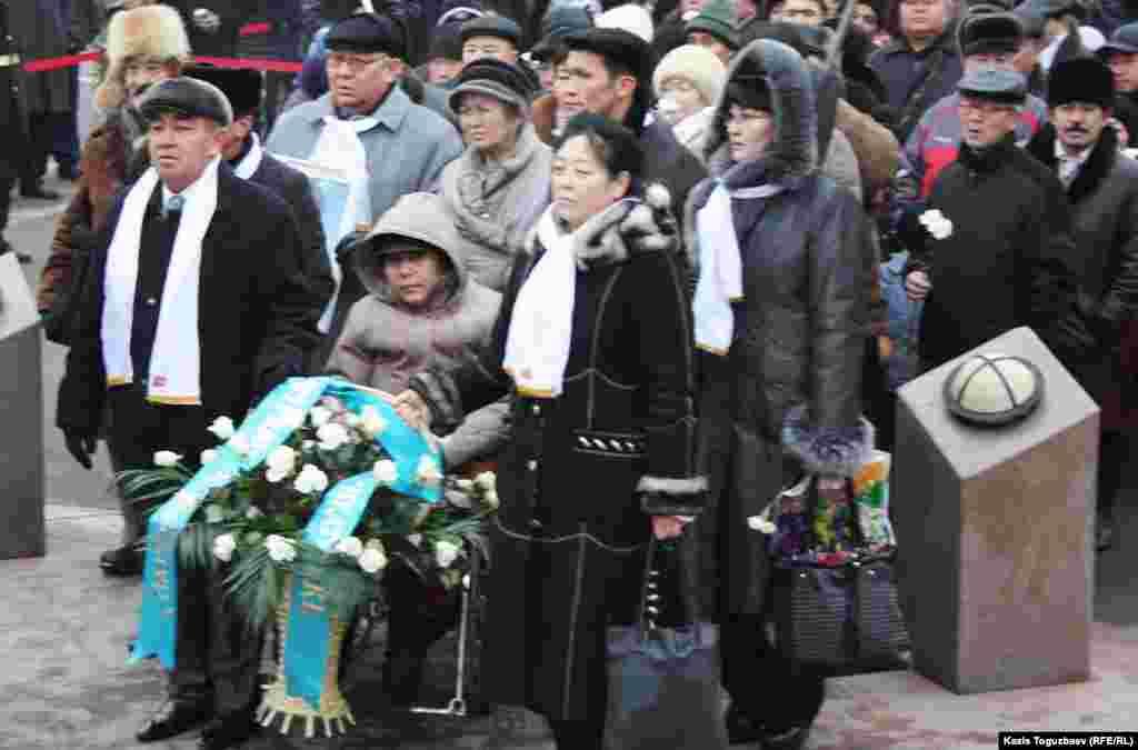 Люди собрались на площади, чтобы отметить 25-летие Желтоксана, когда в декабре 1986 года произошел антикремлевский митинг казахской молодежи.