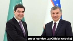 Түркіменстан және Өзбекстан президенттері Гурбангулы Бердімұхамедов пен Шавкат Мирзияев (мұрағат сурет)