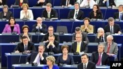 Глава Еврокомиссии Жозе Мануэль Баррозу выступает в Европарламенте.