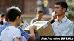 Айт намаздагы битир жардамга муктаждарга таратылат. 17-июль, 2015-жыл. Бишкек