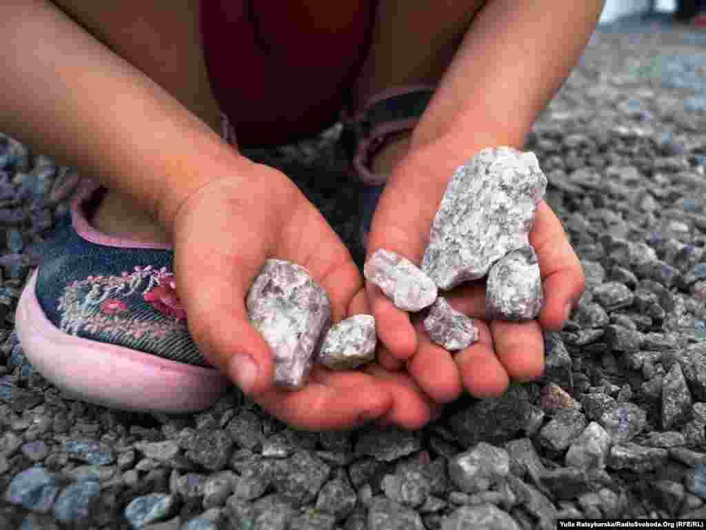 Діти граються камінцями гравію