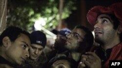 Протестанты на Тахрир, слушают выступление Мубарака, 10 февраля 2011