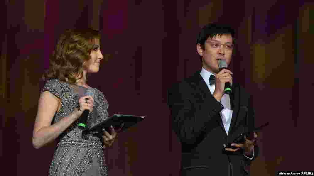 """Церемонию открытия фестиваля """"Евразия"""" вели шоу-леди Ольга Спирина (она вела на казахском языке) и телеведущий, продюсер Серик Акишев."""