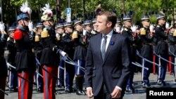 Președintele Emmanuel Macron trece în revistă trupele franceze de Ziua Victoriei la Paris, la 8 mai 2018