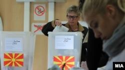 Граѓани гласаат на локалните избори на гласачко место во Скопје
