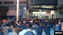 تجمع در مقابل سالن برگزاری کنسرت «لیان» در بوشهر