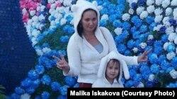 Малика Искакова с дочерью. Фото из семейного архива Малики Искаковой.