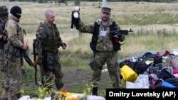 Проруски сепаратист държи детска кукла, намерена сред останките от MH17