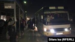 Школьники пытаются сесть на последний автобус № 70 в Шымкенте. 13 ноября 2019 года.