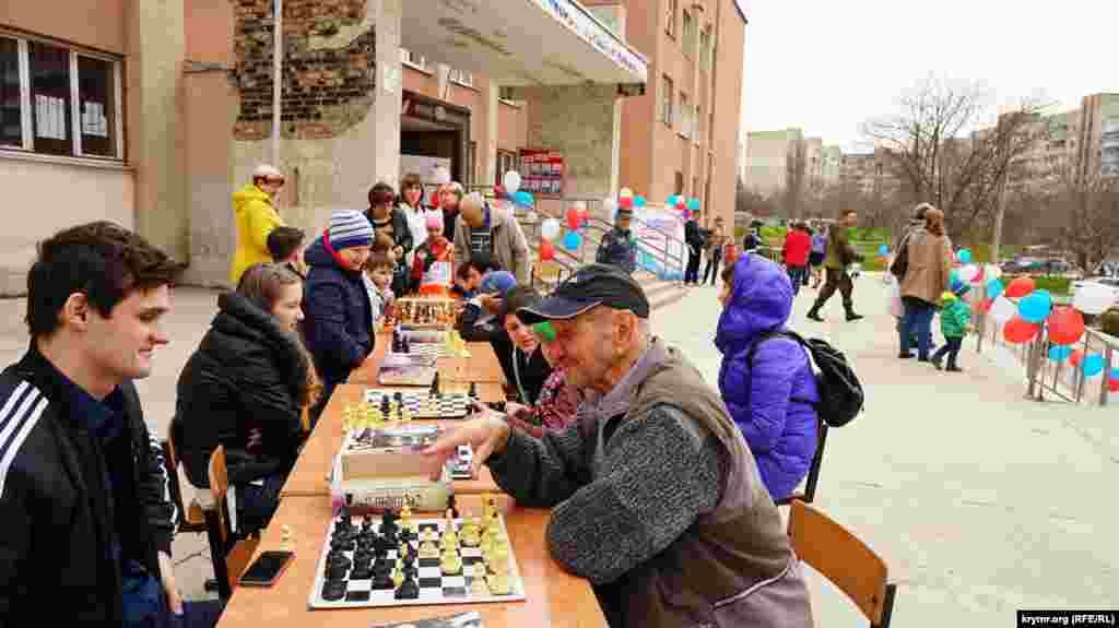 Шаховий турнір на ганку виборчої дільниці в Сімферополі