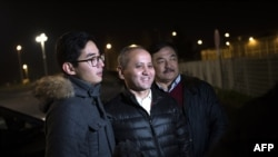 Казахский оппозиционный политик Мухтар Аблязов (в центре) вышел из тюрьмы во Франции. 9 декабря 2016 года.
