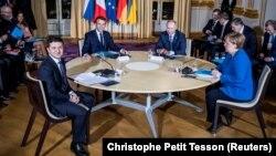 Солдан оңға қарай: Владимир Зеленский, Эммануэль Макрон, Владимир Путин және Ангела Меркель. Париж, 9 желтоқсан 2019 жыл.