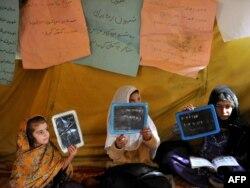 Мектепте оқитын ауған қыздар. Кабул, 11 қазан 2011 жыл