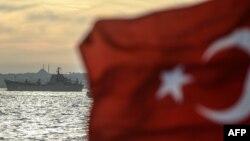 Турецький прапор майорить на тлі російського військового корабля