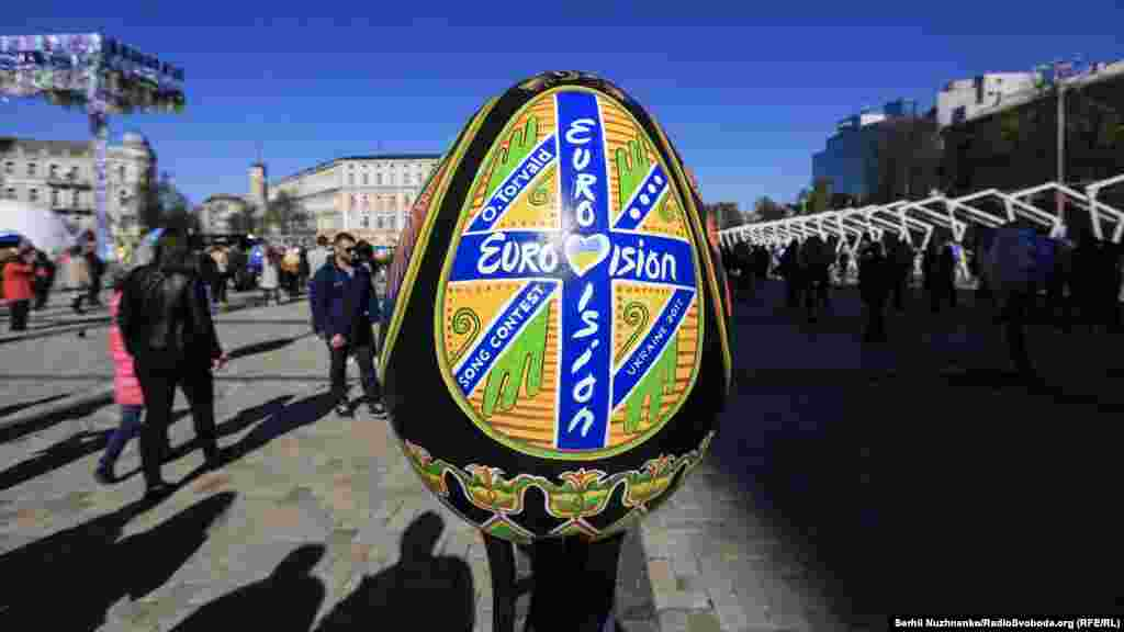 Нанесение воска чередуется с постепенным окрашиванием яйца в краске от светлой к самой темной. В конце яйцо нагревают и снимают воск.