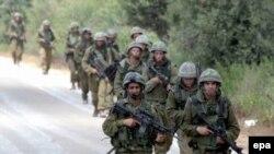 İsrail qoşunları İsrail-Fələstin sərhəddindəki yolda patrul çəkirlər, 13 iyul 2006