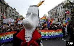 ЛГБТ-активисты на марше 1 мая 2014 года в Санкт-Петербурге